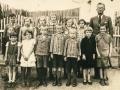 04 Česká škola z Libovic, jsou tam i děti z Nosálova, ve středu fota Podratská.