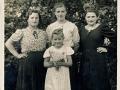 10 První a třetí sestry Röslerovy, uprostřed Brabcová, vepředu Marie Bártová.